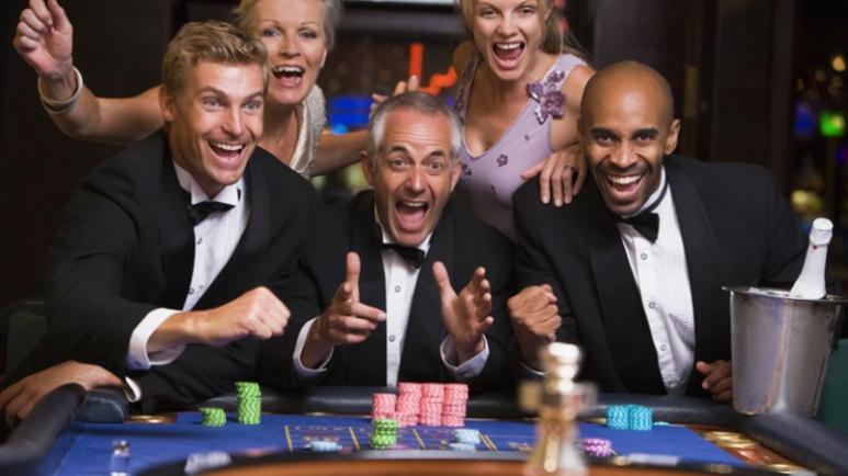 joueurs de roulette dans un casino